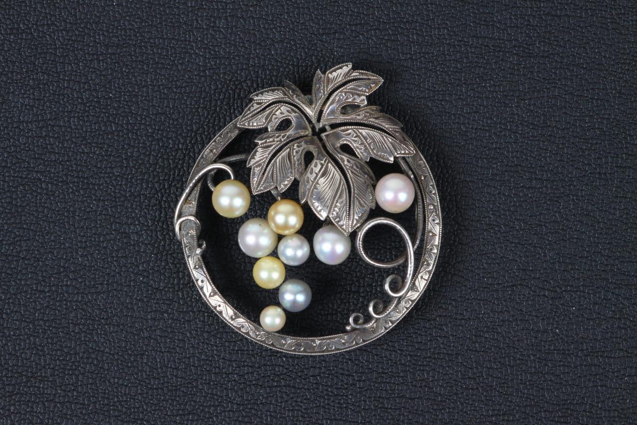 銀製に真珠 丸に葡萄帯留