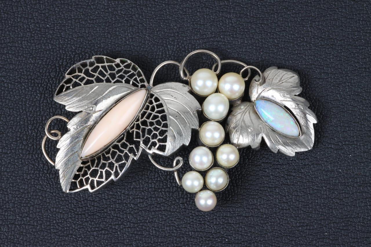 珊瑚、オパール、真珠の葡萄帯留